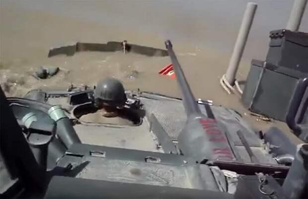 Морпехи США снова опозорились - утопили танк-амфибию в речке (видео)