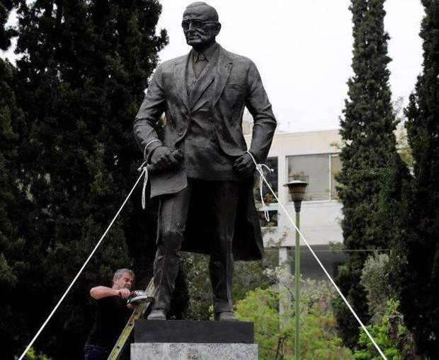 Пока Греция громко жгла флаги США, Турция тихо захватила остров