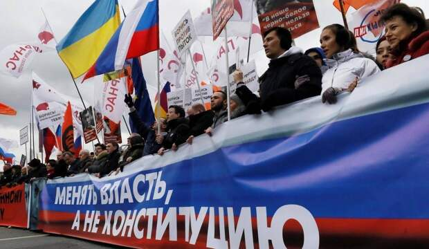 Поправки в Конституцию: неисполнение обещанных благ обернется для протестом