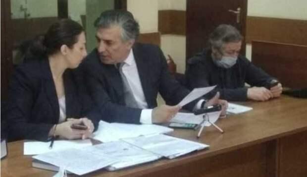 Вопрос о пассажирах в машине Михаила Ефремова прояснил свидетель...