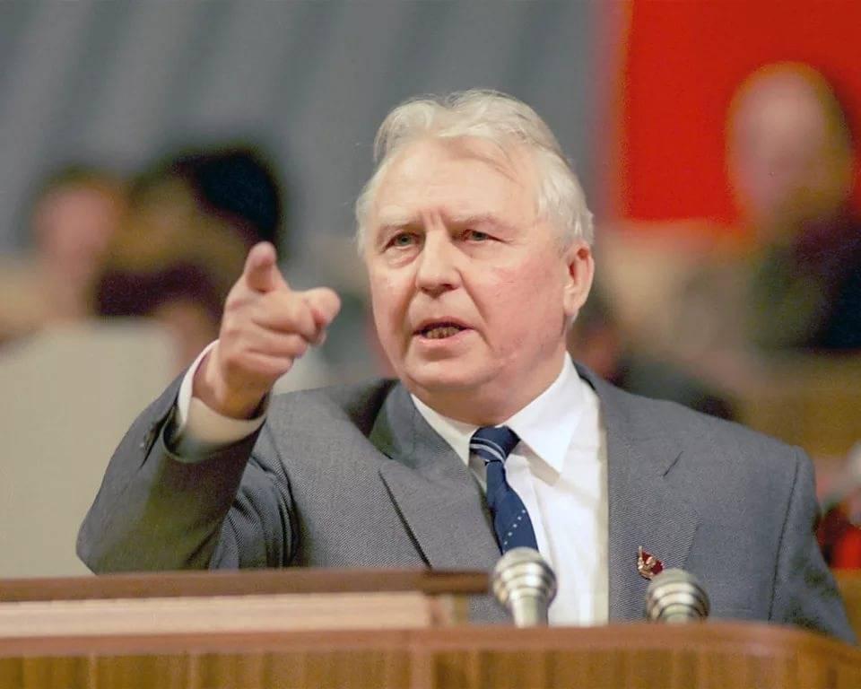 Вспоминая Егора Лигачева. Так кто же был неправ?